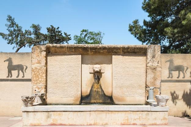 Romeinse openbare drinkwaterfontein in het carthago museum op archeologische vindplaats tunesië