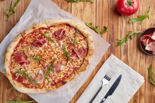 Romeinse pizza, bovenaanzicht, houten achtergrond