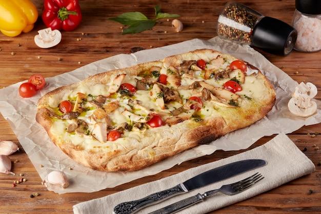 Romeinse pizza, variant van klassieke italiaanse pizza, houten achtergrond