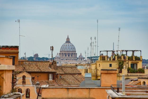 Romeinse terrassen met uitzicht op de koepel van st. peter