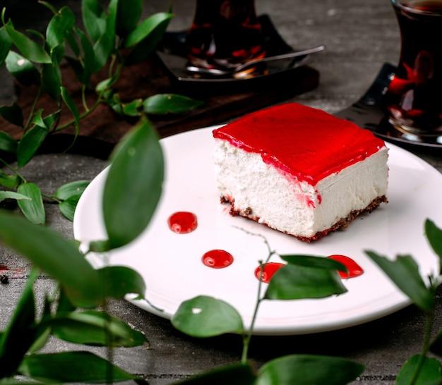 Romig dessert met rode jam bovenop