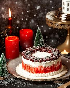 Romig dessert overgoten met frambozen