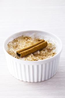 Romig dessert van rijstpudding bestrooid en versierd met kaneel
