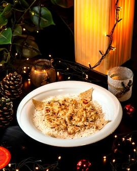 Romig mengsel van kip en champignons geserveerd op de rijst