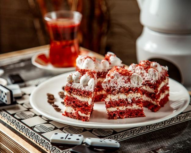 Romig rood dessert met zwarte thee