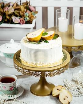 Romige cake gegarneerd met gesneden peer