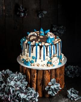 Romige cake met chocolade en koekjes