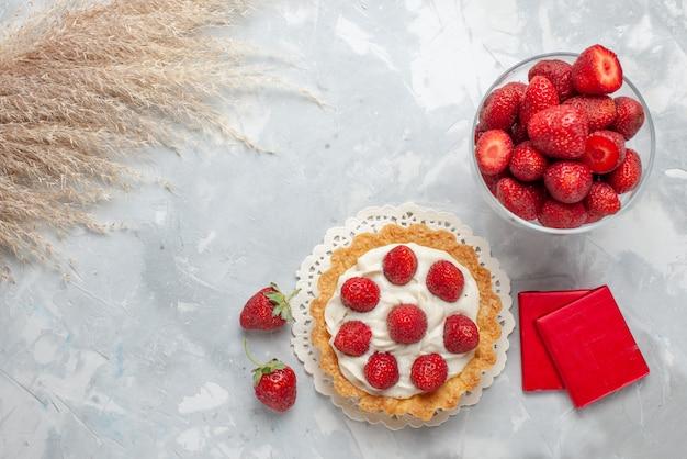 Romige cake met verse rode aardbeien en chocolade snoepjes cake op licht, cake fruit bessen koekje crème zoet