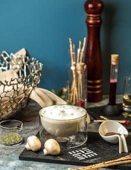 Romige champignonsoep in transparante kom