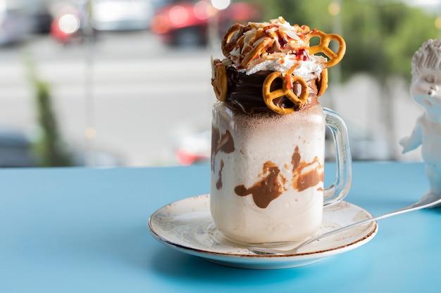 Romige dessert met chocolade en koekjes op de blauwe tafel