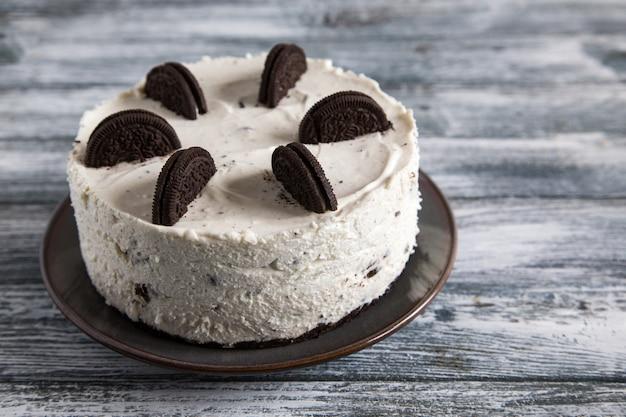 Romige niet-gebakken cheesecake met chocoladekoekjes. oreo biscuittaart /