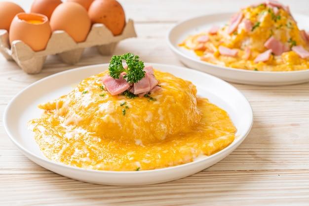 Romige omelet met ham op rijst of rijst met ham en zachte omelet