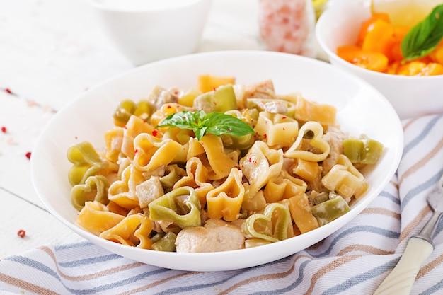 Romige pasta met kip en aubergine geserveerd in diepe plaat. italiaans eten.