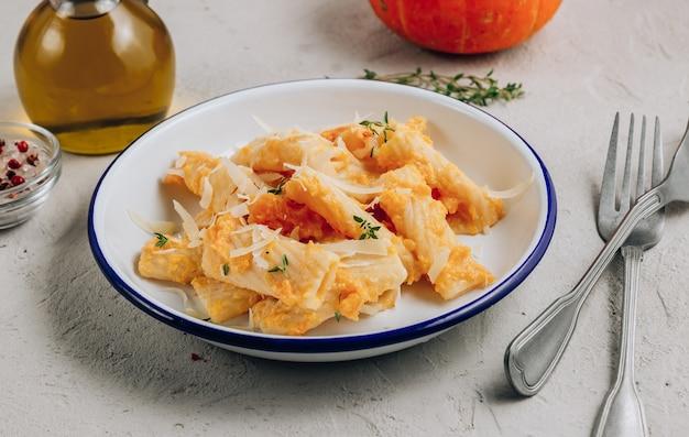 Romige pasta van geroosterde butternut pompoen tortiglioni met parmezaanse kaas en tijm