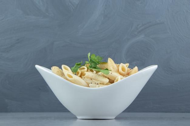Romige penne pasta in witte kom