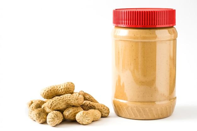 Romige pindakaaskruik die op witte achtergrond wordt geïsoleerd