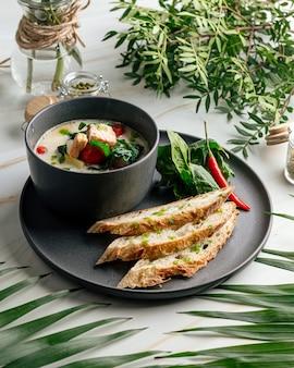 Romige soep met zalmspinazie en knapperig stokbrood
