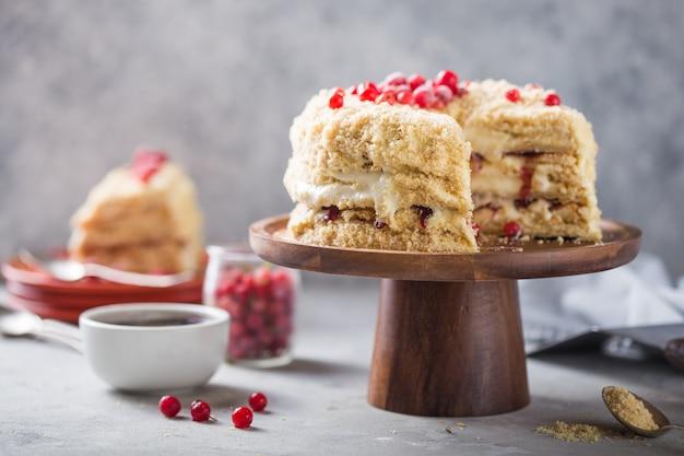 Romige verjaardagstaartcake met bessen