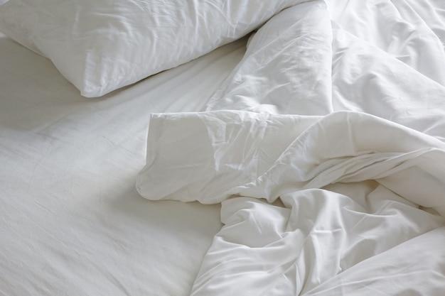 Rommelig bed in de ochtend