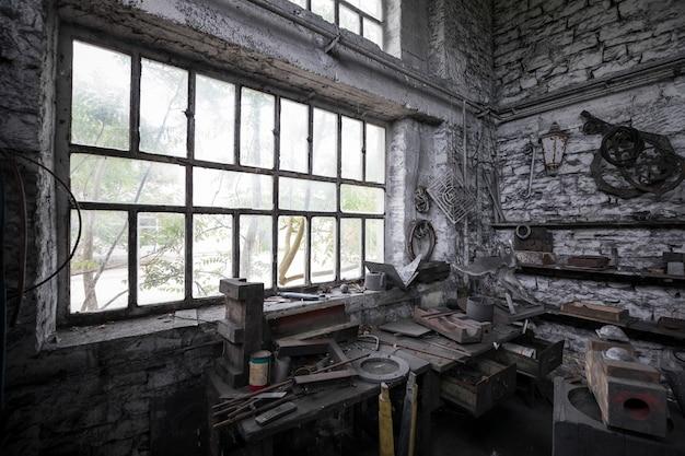 Rommelige kamer in een verlaten gebouw