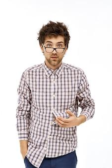 Rommelige mannelijke nerd ziet er moe en verward uit