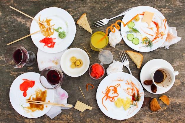 Rommelige tafel na het feest
