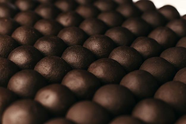 Rond chocoladesuikergoed. donkere achtergrond, luxe dessert, pure chocolade, handgemaakt.