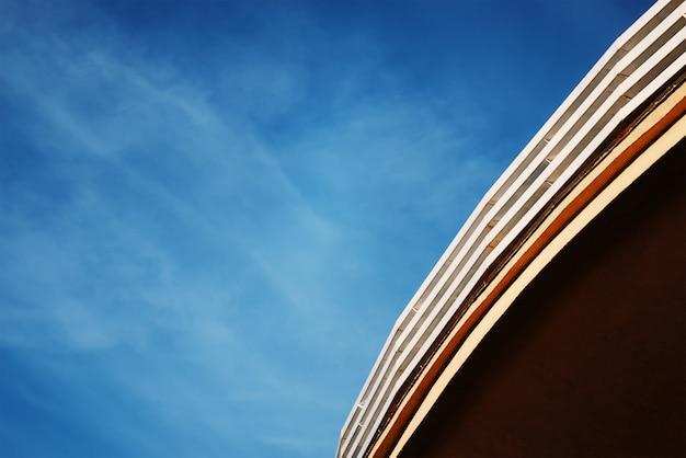 Rond dak van het bouwen tegen de blauwe hemel