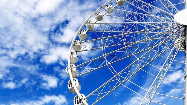 Rond ferriswiel op blauwe hemel