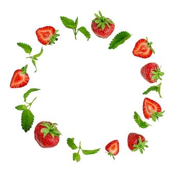Rond frame van aardbeien en muntblaadjes geïsoleerd op wit.
