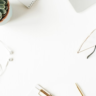 Rond frame van kantoor aan huis bureau werkruimte met lege kopie ruimte mock-up klembord, laptop, hoofdtelefoons, glazen, sappig op wit