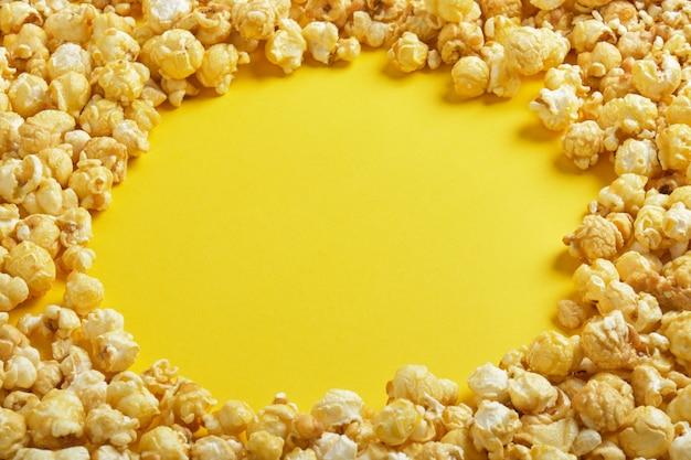 Rond popcornframe op gele achtergrond kopie ruimte bovenaanzicht