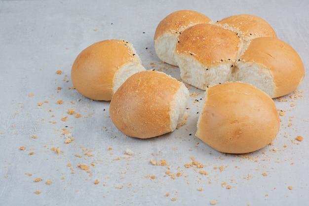 Rond vers wit brood op marmeren achtergrond.