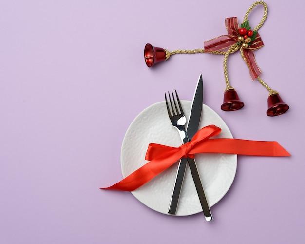 Rond wit keramisch bordmes en vork