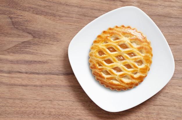 Ronde apple lattice cake op een bord