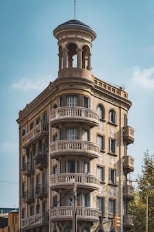 Ronde balkons op de ronde hoek van een neoklassiek gebouw