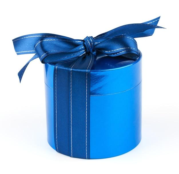 Ronde blauwe geschenkdoos op witte achtergrond