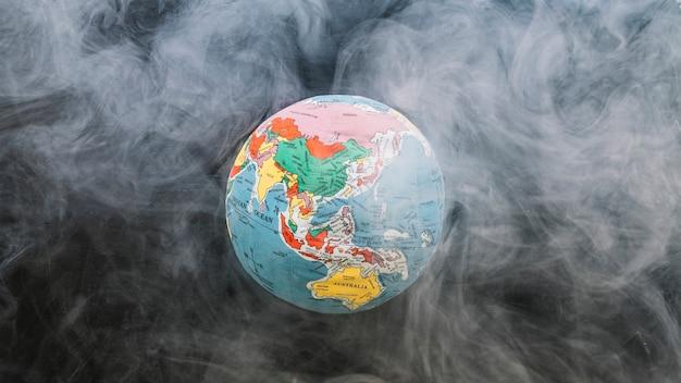 Ronde bol omgeven door rook