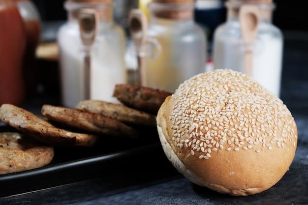 Ronde broodjes bestrooid met sesamzaadjes voor de hamburger