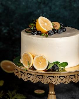 Ronde cake versierd met witte room en citroen