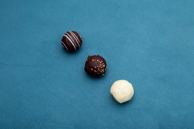 Ronde chocoladesuikergoed gevuld met natuurlijke harde kaas kaasballetjes in chocoladeglazuur