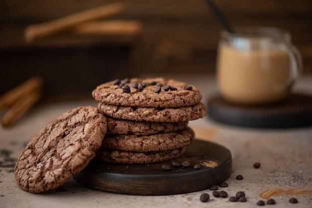 Ronde chocolate chip cookies met amandelen op een houten tafel