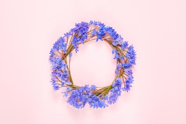 Ronde frame krans gemaakt met sneeuwklokje bloemen
