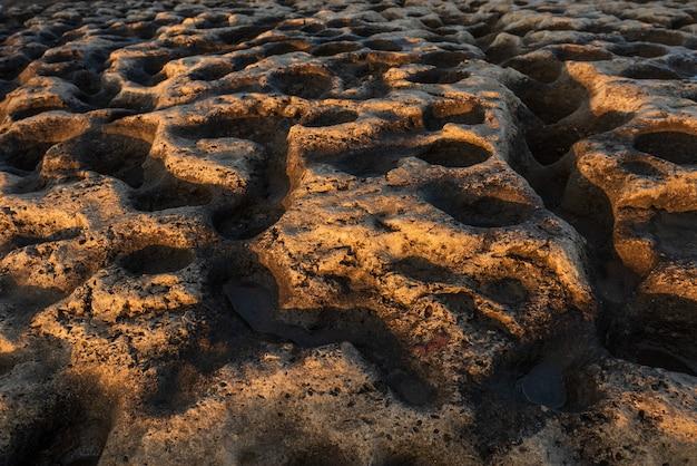 Ronde gaten met water in sedimentair gesteente