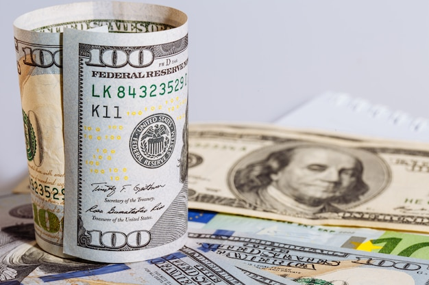 Ronde gebogen honderd amerikaanse dollarbiljet staan