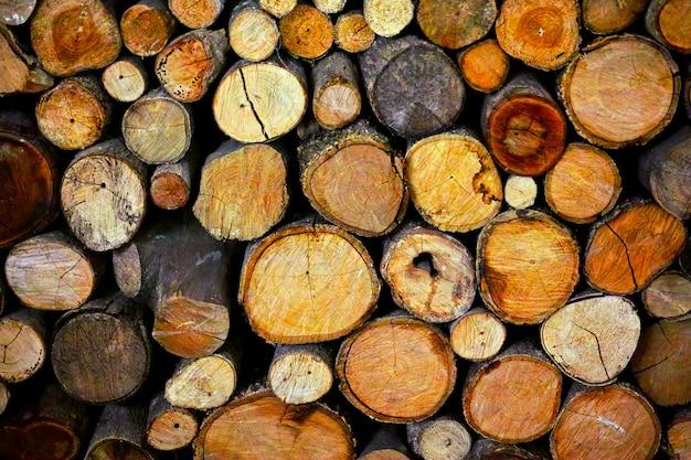 Ronde houten ongeverfde stevige natuurlijke ecologische zacht gekleurde bruine en gele stompenachtergrond
