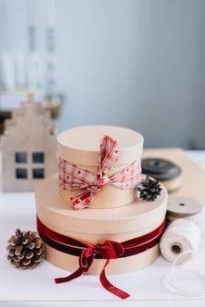 Ronde kerstcadeaus stijlvol verpakt in kraftpapier