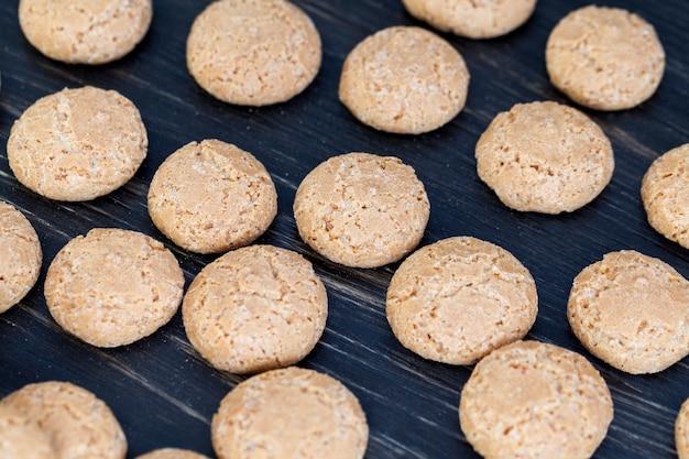 Ronde koekjes, gekookt en heet, koelt af op de tafel