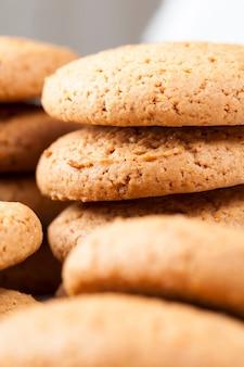 Ronde koekjes gemaakt van tarwe- en havermeel, de poreuze structuur van echte ronde koekjes, geen zoete droge en knapperige koekjes