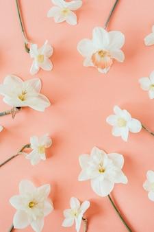 Ronde krans frame kopie ruimte sjabloon. narcissus bloemen achtergrond. plat lag, bovenaanzicht